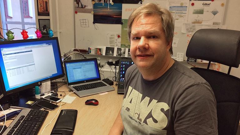 Tomas Pettersson vid sitt skrivbord. Foto: Evelina Crabb/Sveriges Radio.