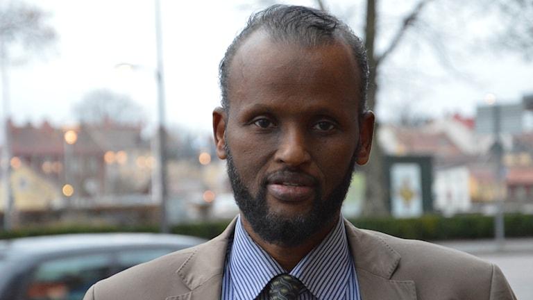 Abdirisak Hussein tror att Kristdemokraterna försöker locka väljare från Sverigedemokraterna. Foto: Petra Levinson/Sveriges Radio.