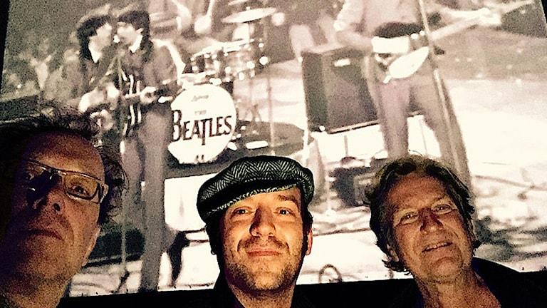 Peter Thorsén, Patrik Kolar och Rolf Hammarlund framför en film med The Beatles. Foto: Peter Torsén.