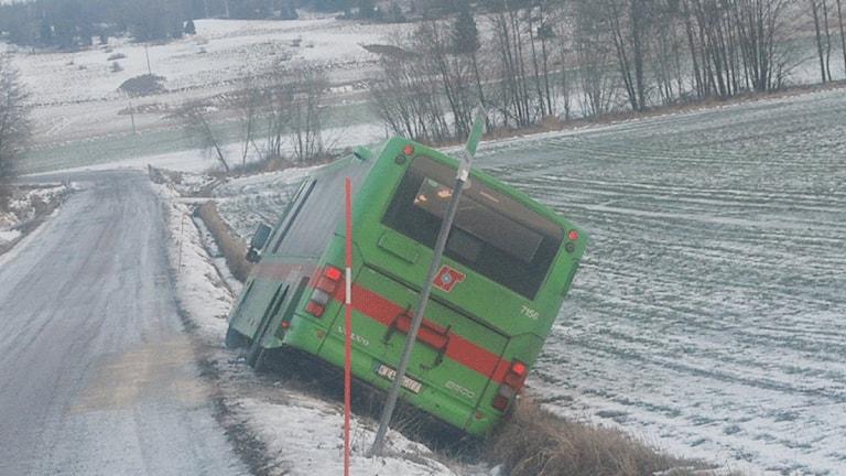 Buss har halkat i diket. Foto: Peter Lindvall.