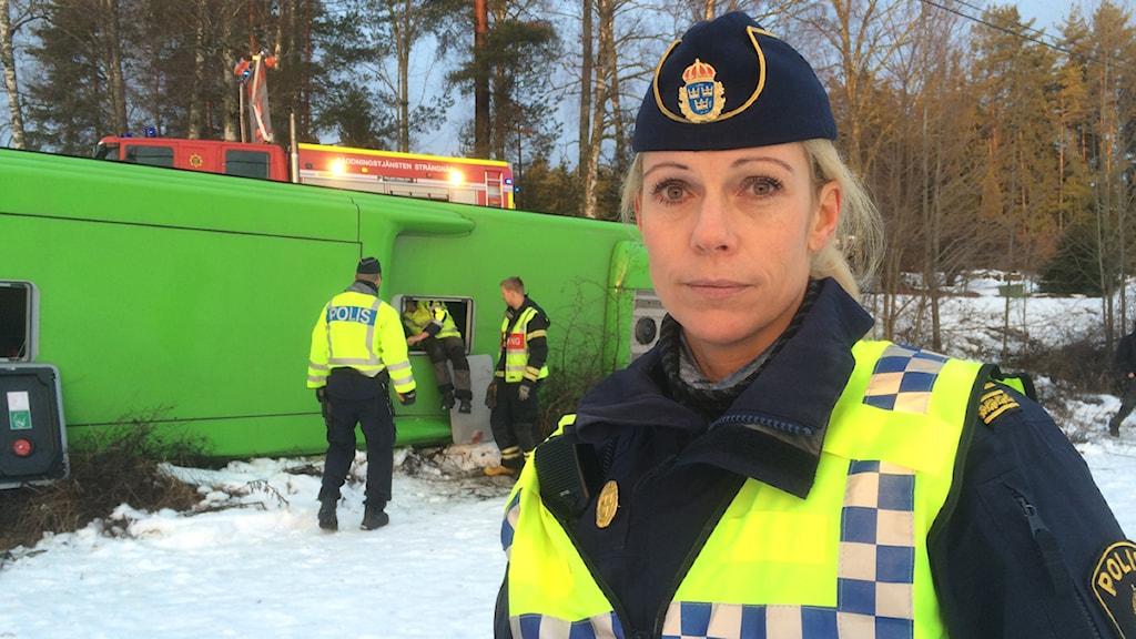 Elenore Ingårda vid bussolycka. Foto: Fredrik Lorenzoni/Sveriges Radio.