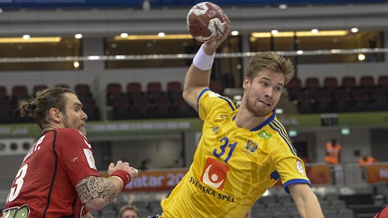 Sveriges Viktor Östlund under gruppspelsmatchen mellan Sverige och Tjeckien vid handbolls-VM i Qatar på söndagen. Foto Jonas Ekströmer/TT.