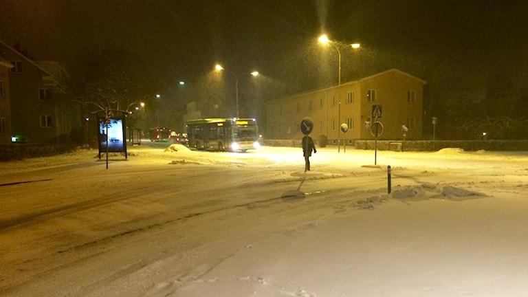 Buss i snöigt Nyköping. Foto: Katarina Larsson/Sveriges Radio.