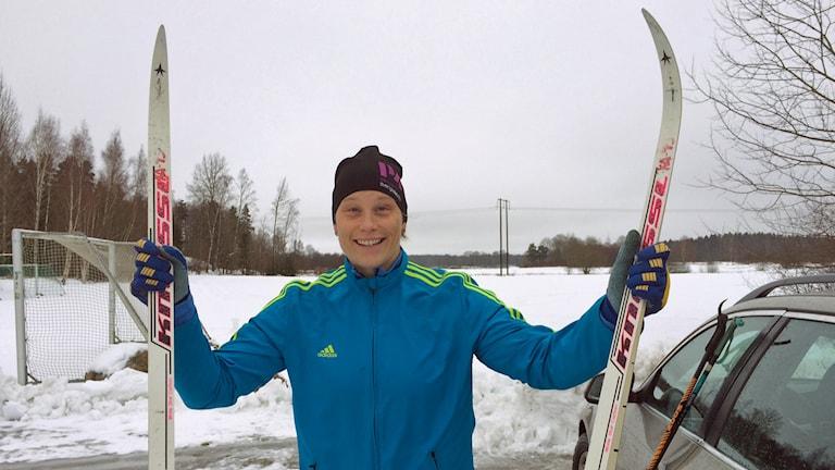 Cilla Nilsson med skidor. Foto: Fredrik Lorenzoni/Sveriges Radio.