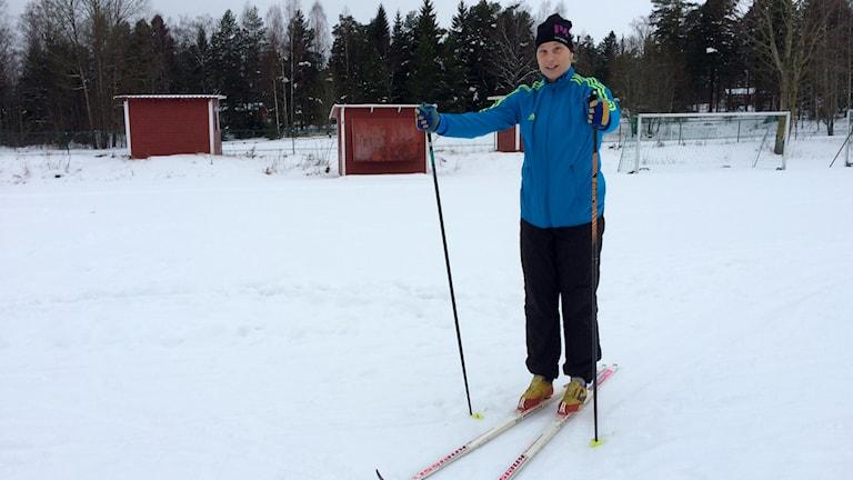 Cilla Nilsson på skidor. Foto: Fredrik Lorenzoni/Sveriges Radio.
