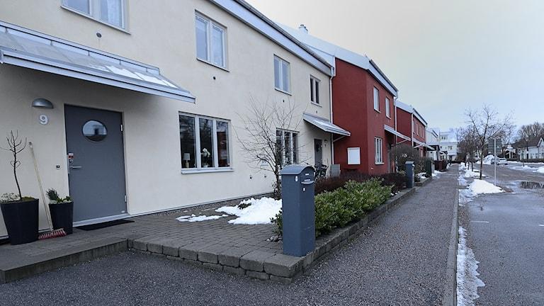 Lågt liggande hus i Spelhagen i Nyköping. Foto: Per Thyrén/ Sveriges Radio.