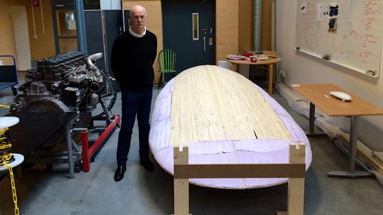 Ragnar Tengstrand står bredvid vad som ska bli en bil som enbart drivs på el. Foto: Andreas Johnsson/Sveriges Radio