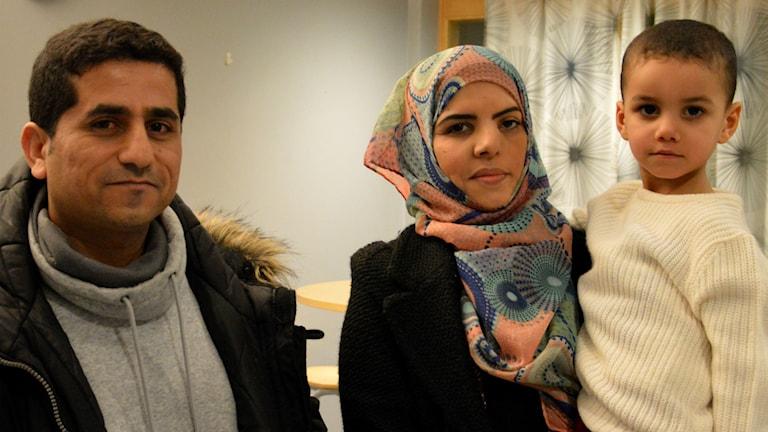 Abdulqader Yahya Mohammed, Ryam Alhashdi och sonen Yahya Alshban. Foto: Petra Levinson/Sveriges Radio.