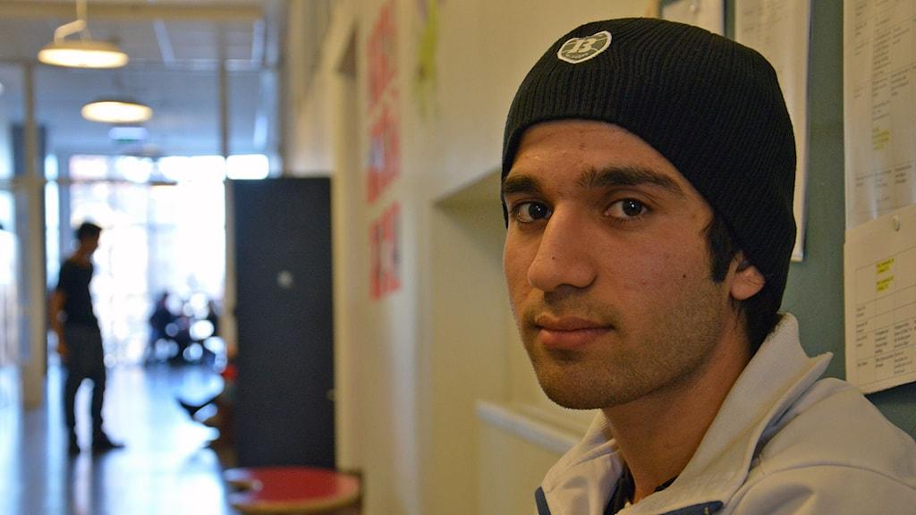 Fayaz Imtiazi i en skolkorridor. Foto: Petra Levinson/Sveriges Radio.