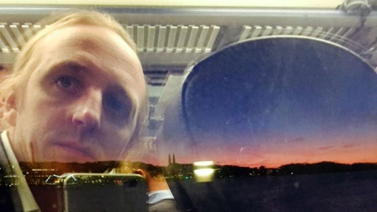 Martin Schibbye på tåg mot Eskilstuna. Foto: Martin Schibbye.