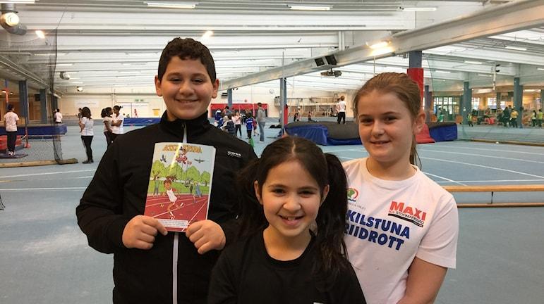 Mustafa, Zina och Samuela, som går på friidrottsskolan under sportlovet. Foto: Carin Vidner/Sveriges Radio.