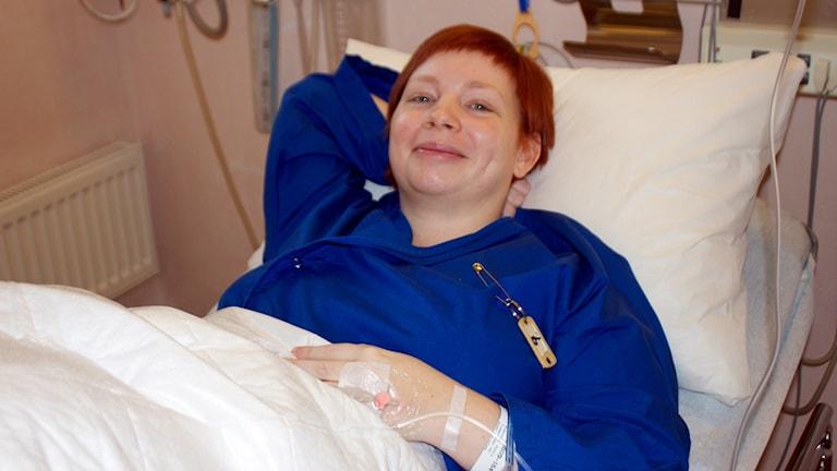 Petra i en sjukhussäng. Foto: Kerstin Svenson.