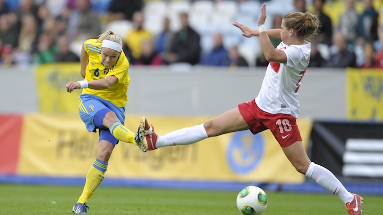 Sara Thunebro mot Polens Evelyn Nicinski under en VM-kvalmatch i fotboll mellan svenska damlandslaget och Polen på Swedbank Stadion i Malmö 2013. Foto Björn Lindgren/TT