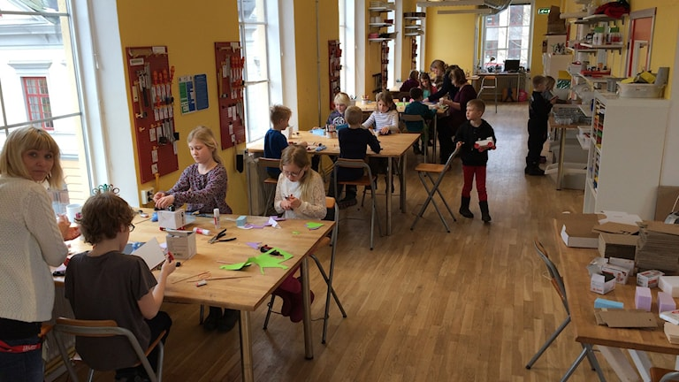 Här sitter barnen och skapar sina uppfinningar på Stadsmuseet i Eskilstuna