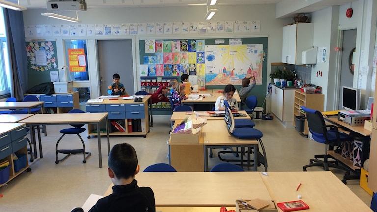 Årskurs ett på Årbyskolan har lektion
