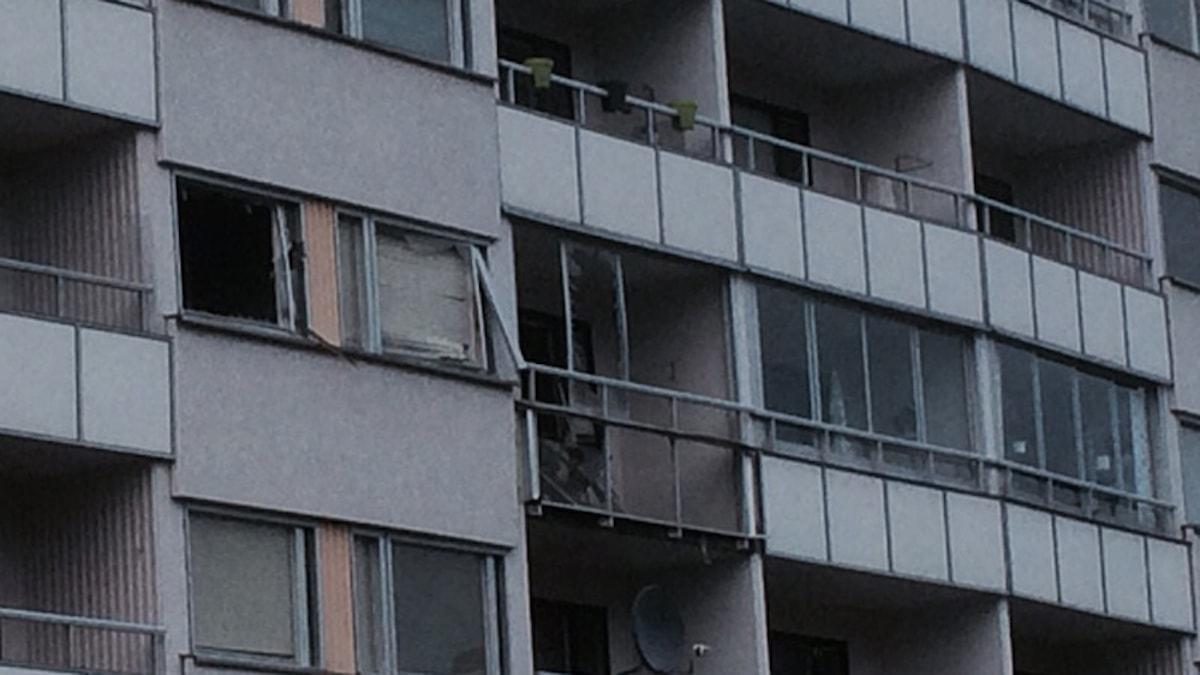 Skadad balkong i Brandkärr. Foto: Katarina Wahlström/Sveriges Radio.