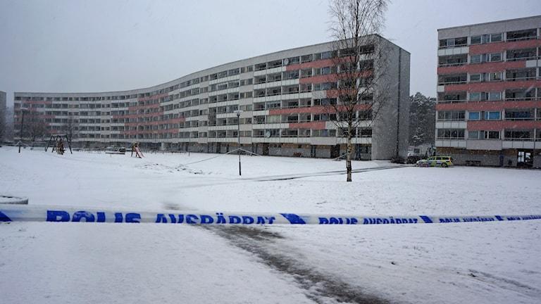 Avspärrat område i Brandkärr. Foto: Katarina Larsson/Sveriges Radio.