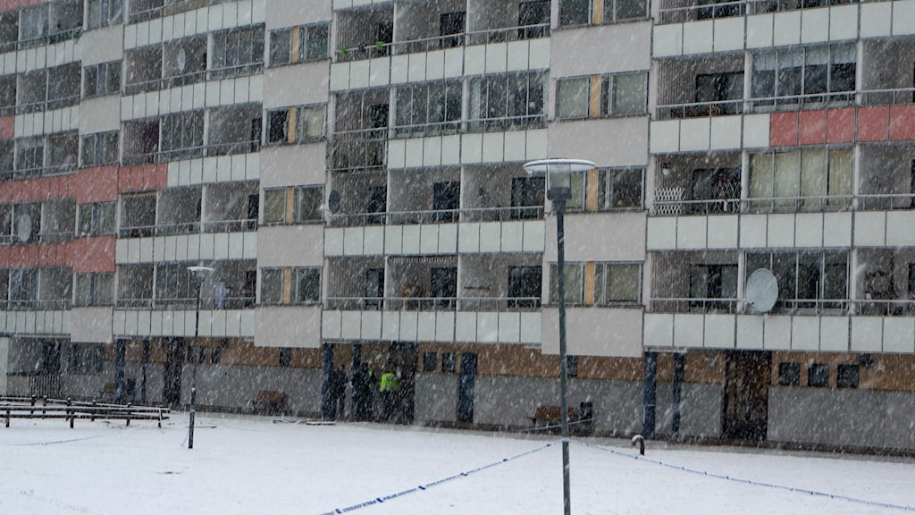 Police by the flat the day after the explosion. Photo: Katarina Larsson/Sveriges Radio.