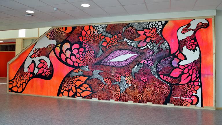 Carolina Falkholts konstverk på Nyköpings högstadieskola. Foto: Christy Chamy/Sveriges Radio.