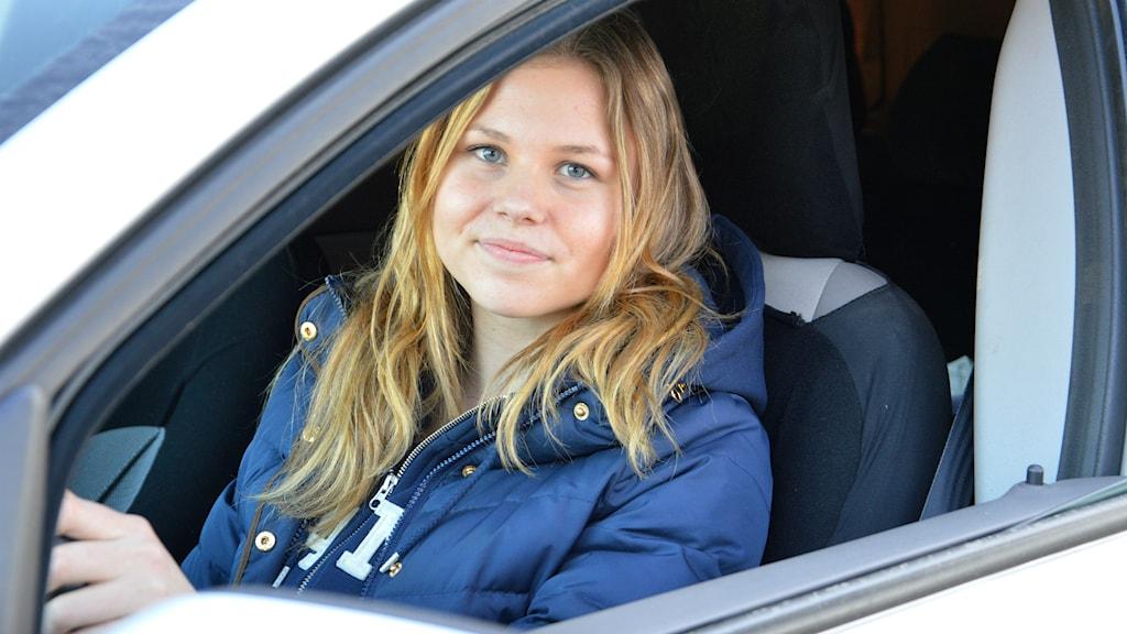 Frida Enehöjd i förarsätet. Foto: Petra Levinson/Sveriges Radio.
