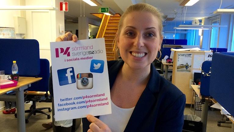 Evelina Crabb med skylt om sociala medier. Foto: Sveriges Radio.