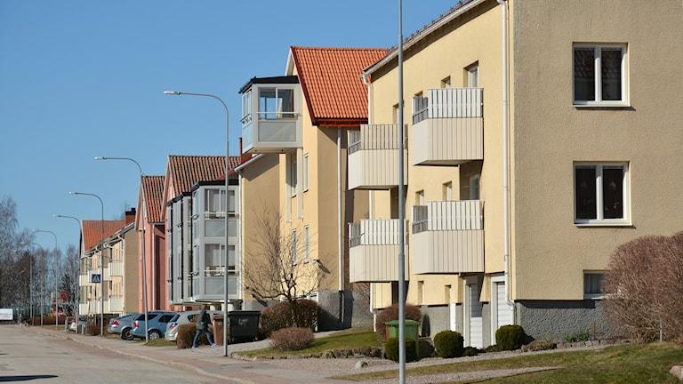 Många fastighetsägare till funkishus vill byta ut balkongerna till större inglasade varianter.