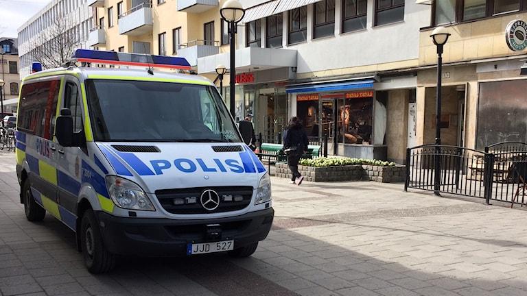 En polisbil som står parkerad i Eskilstunas centrum.