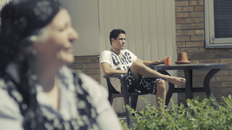 Aina och Sami på rastgården inne på förvaret i Flen. Foto: RåFILM.