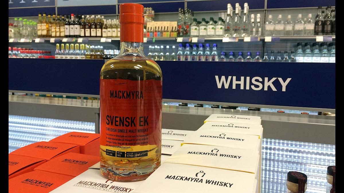 Svensk Ek, Mackmyra whiskyflaska. Foto: Katarina Wahlström/Sveriges Radio.