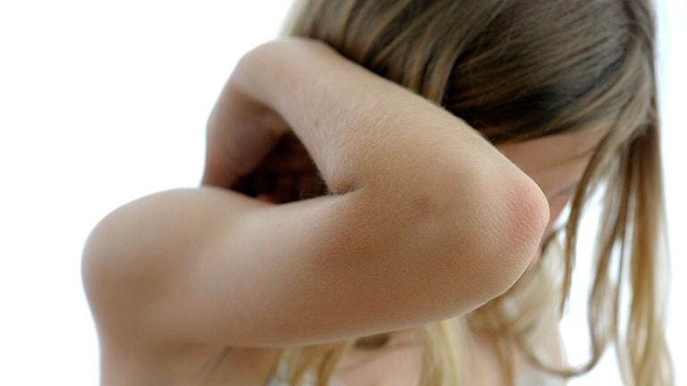 Flicka håller upp en armbåge för att avvärja ett slag. Foto: Janerik Henriksson/TT.