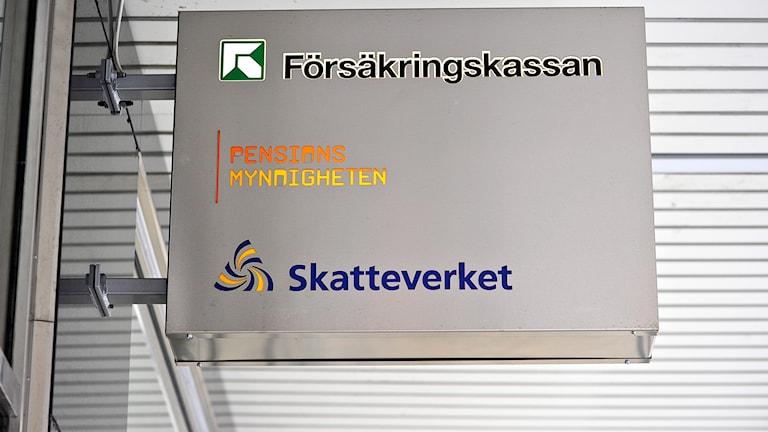 Skylt Försäkringskassan, Pensionsmyndigheten och Skatteverket. Foto: Anders Wiklund/TT.