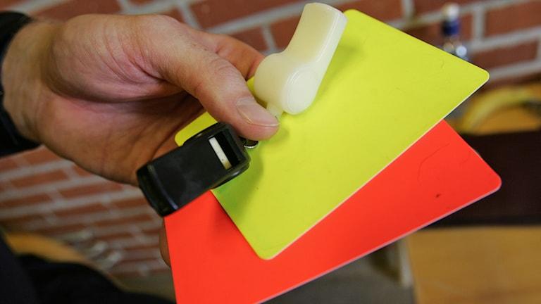 Visselpipa, gult kort, rött kort. Foto: Fredrik Sandberg/TT
