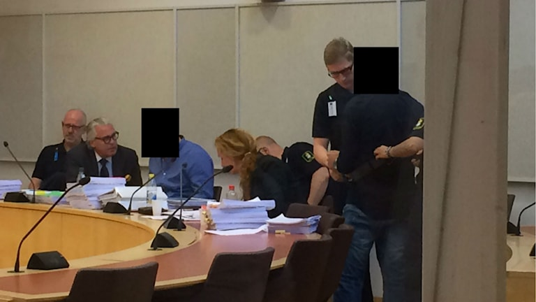 De två åtalade inne i rättssalen, tillsammans med sina försvarare. Foto: Christy Chamy/Sveriges Radio.