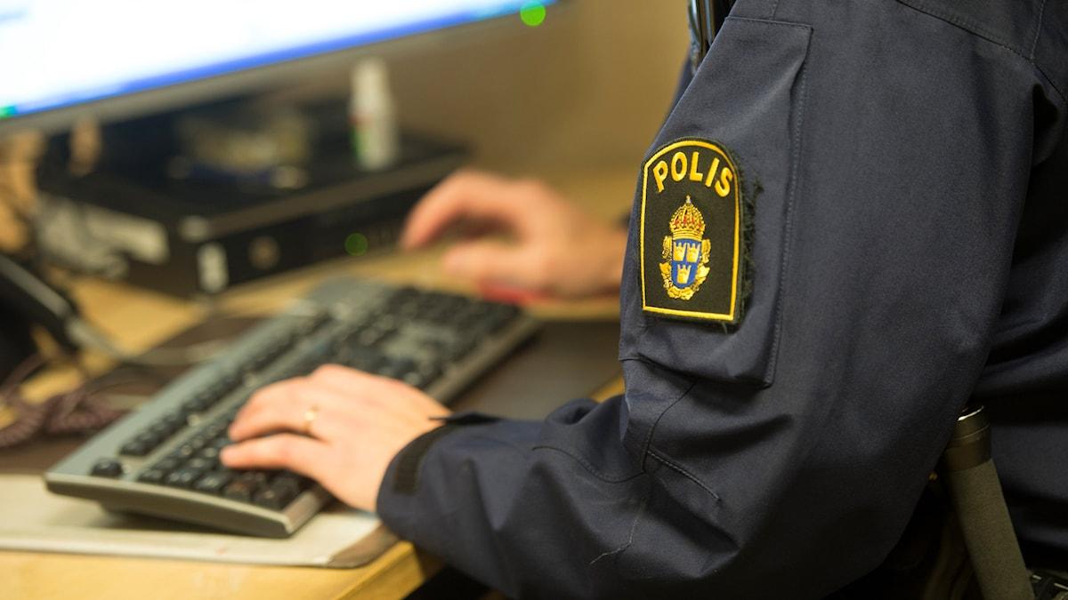 Polis vid dator. Foto: Fredrik Sandberg/TT.