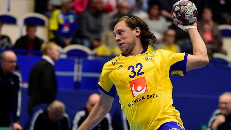 Mattias Zachrisson under uppvärmningen före EM-kvalmatchen i handboll mellan Sverige och Slovenien i april. Foto: Mikael Fritzon/TT.