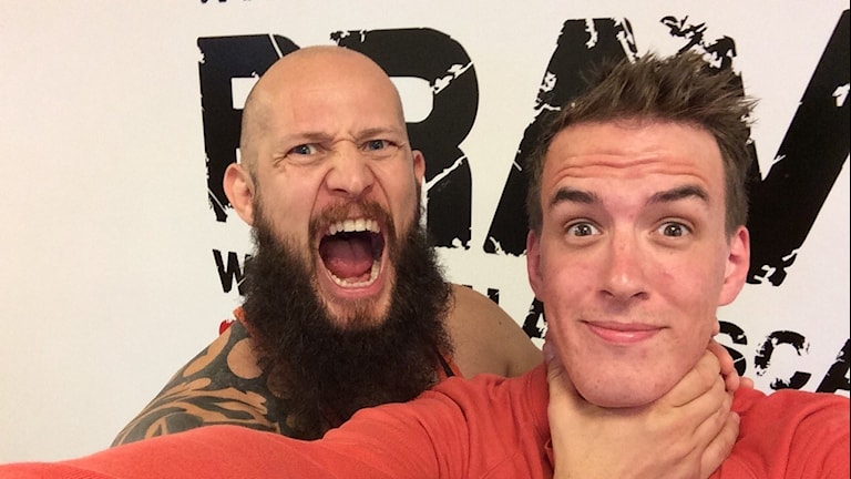 """Daniel """"Beast"""" Atterhagen och reporter Andreas Johnsson. Foto: Andreas Johnsson/Sveriges Radio"""