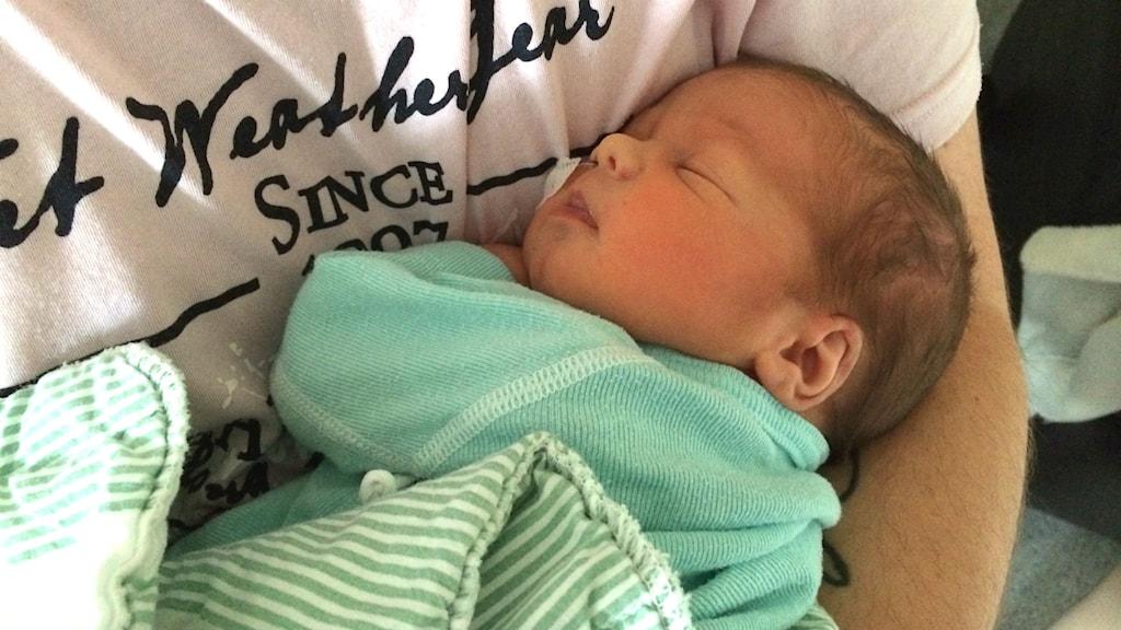 Vastasyntynyt vauva nukkuu äitinsä sylissä. Foto: Petra Levinson/Sveriges Radio.