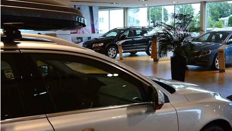 Bilhall med tre bilar i bild, den närmaste med takbox. Foto: Urban Hedqvist/Sveriges Radio