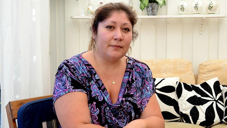Undersköterskan Lorena Ramos sitter på sin privata veranda. Foto: Urban Hedqvist/Sveriges Radio
