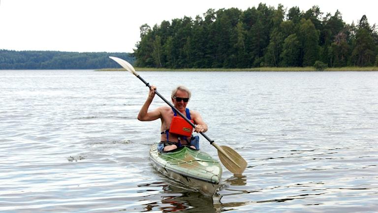 Olof Poluha paddlar kajak. Foto: Kerstin Svenson.