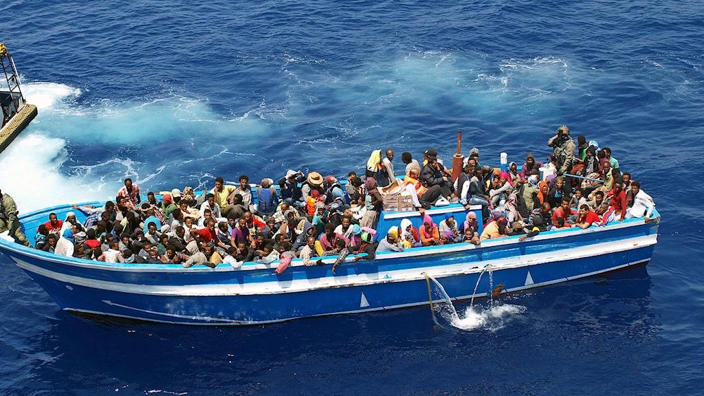 Båt med flyktingar. Foto: KBV 001 Poseidon/Kustbevakningen