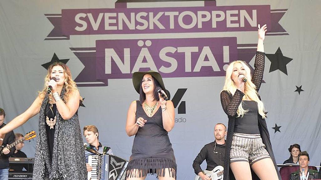 Linda Ålund Pröjtz, Anna Edman och Jenny Hillman på en scen. Foto: Stephan Lövstrand/Sveriges Radio.