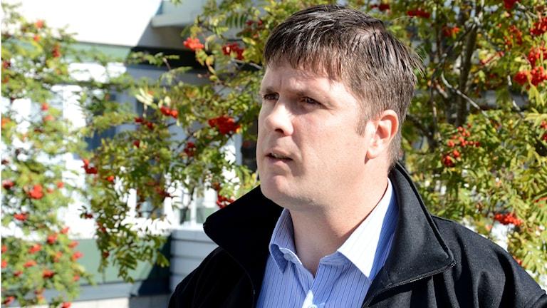 Magnus Leivik framför en rönn med röda bär. Foto: Urban Hedqvist/Sveriges Radio