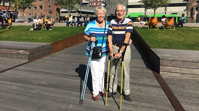 Agneta Stegler och Ante Kansell står med gångstavar på Fristadstorget i Eskilstune. Foto: Annizeth Åberg/Sveriges Radio