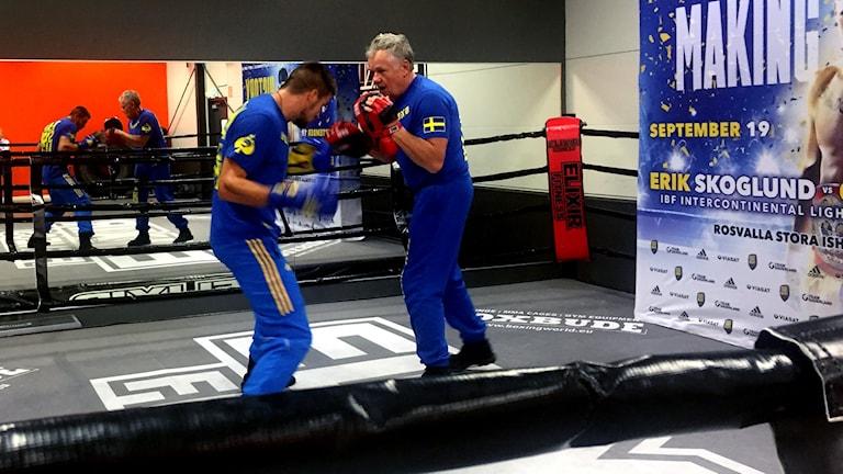 Erik Skoglund och tränaren Tommy Antman. Foto: Josefin Lundin/Sveriges Radio.