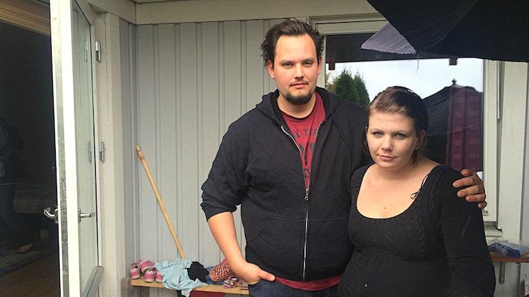 Johnny och Camilla Nordenlöw står på sin altan. Foto: Annizeth Åberg/Sveriges Radio