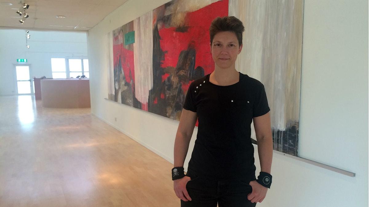 Föreläsaren Marcus Myhr står i en konsthall. Foto: Annizeth Åberg/Sveriges Radio
