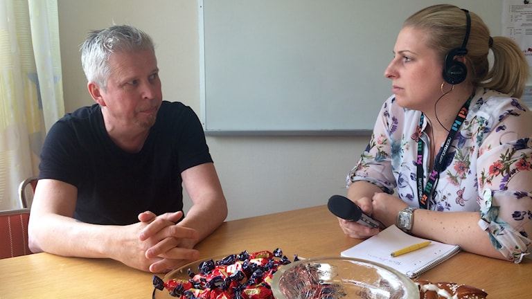 Tero Larsson intervjuas av Evelina Crabb. Foto: Katarina Larsson/Sveriges Radio.