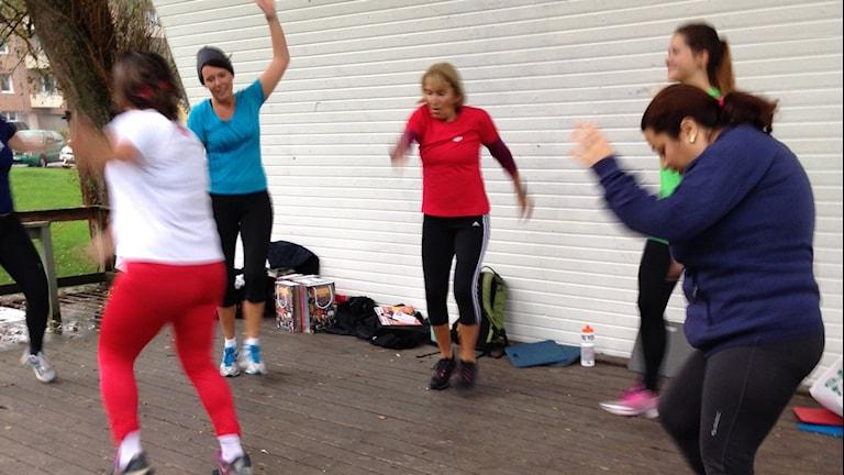 Kvinnor som gympar i Sveaparken, Flen. Foto: Josefin Lundin/Sveriges Radio.