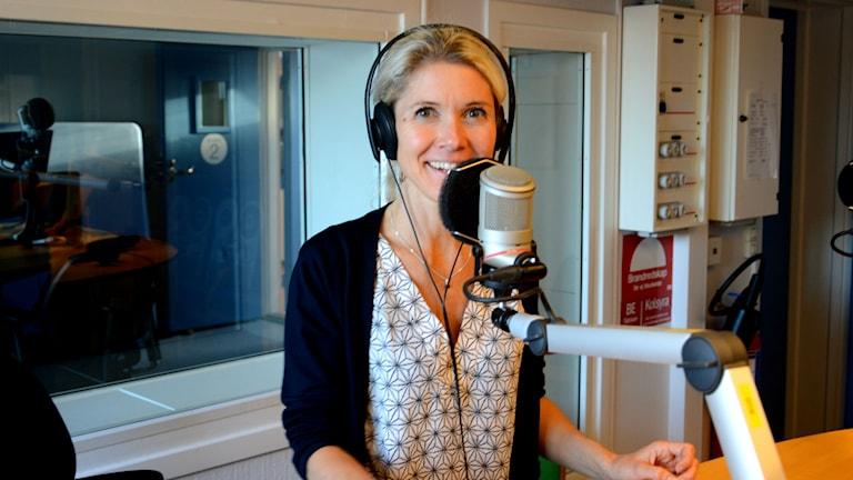 Åsa Anderberg Strollo, författare från Gnesta, bakom mikrofon i radiostudio. Foto: Urban Hedqvist/Sveriges Radio